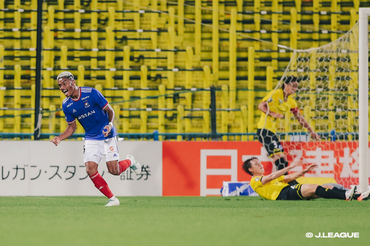 10-man Marinos win fifth straight in league, continue to close gap to first